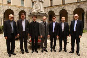 Il gruppo dei diaconi del seminario insieme al rettore don giampaolo dianin e al direttore spirituale don nicola tonello.